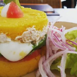 Batata, frango com maiosene, ovo cozido, abacate e tomate acompanhado de salada